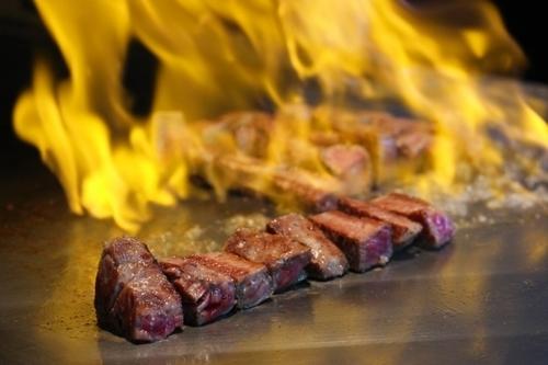神戸牛を鉄板で焼いている