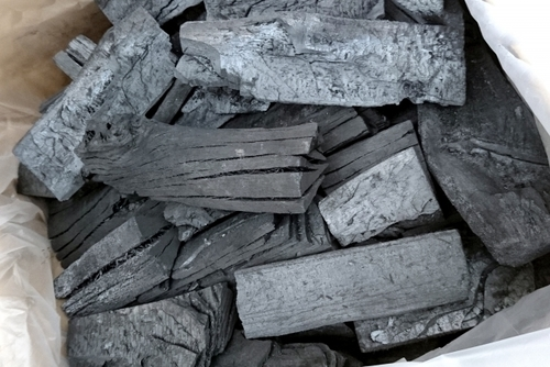 袋に入っているマングローブ炭