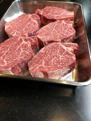 国産牛ヒレ肉をカットしている